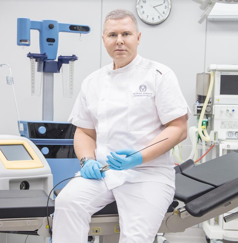 Doktor Krzysztof Miracki w sali operacyjnej kliniki. Urządzenia Vaser Lipo i Triplex - najszybsze, mało inwazyjne metody liposukcji