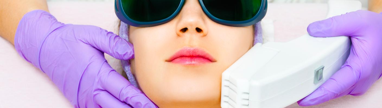 Frakcyjne odmładzanie twarzy laserem – czy to boli? Odkrywamy całą prawdę o zabiegach laserowych!