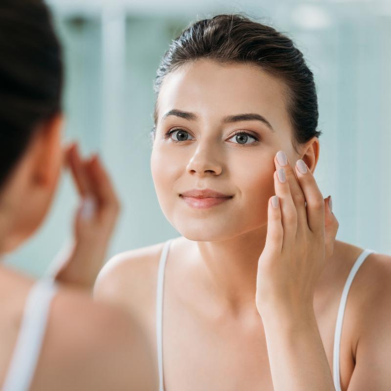 Zabiegi na pierwsze zmarszczki – od czego zacząć odmładzanie skóry?